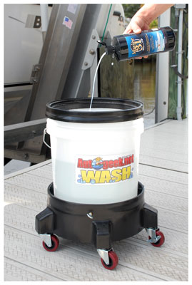 Marine 31 Port to Starboard Rinseless Wash with Carnauba Wax is a rinse-free wash that enables you to save water!