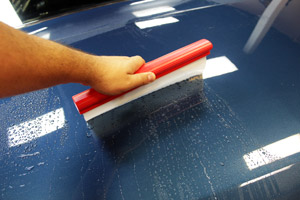 SONAX Flexi Blade uses a silicone lip to safely remove water from the paint surface.