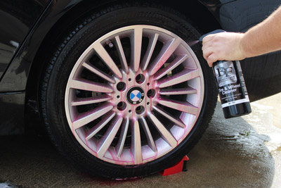 BLACKFIRE TIre & Wheel Cleaner clings to the surface for extra cleaning time.